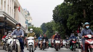 Việt Nam nới lỏng các biện pháp giới hạn sinh hoạt chống dịch. Ảnh trên đường phố Hà Nội ngày 23/04/2020.
