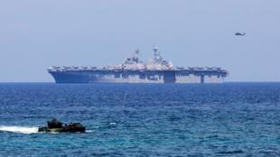 Tập trận Mỹ-Philippines Balikatan tháng 4/2019. Trong ảnh, xe lội nước trên nền hình tàu tấn công đổ bộ USS-Wasp, chở phi cơ F-35.