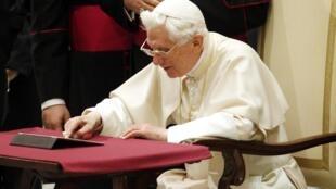 O papa Bento XVI tuitou pela primeira vez nesta quarta-feira, durante sua audiência semanal, no auditório Paulo VI, no Vaticano.