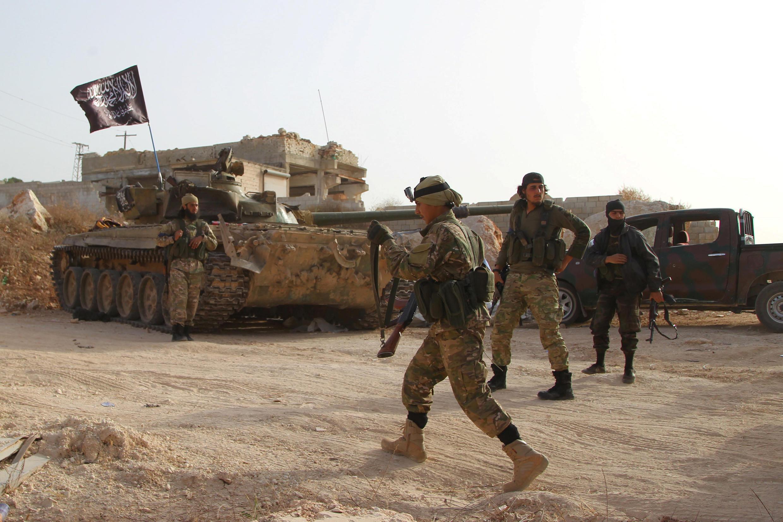 Combatentes da Al-Qaida recarregam suas armas durante ofensiva à província de Idlib, na Síria, em 31 de agosto de 2018.