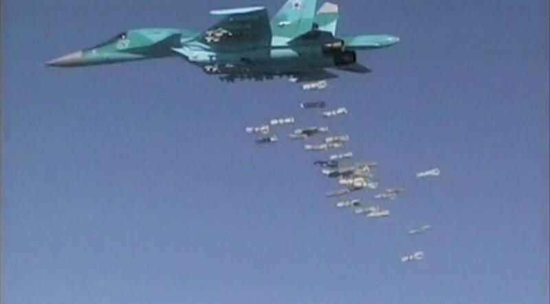 Imagens divulgadas pelo Ministério da Defesa russo mostram caça Sukhoi Su-34 bombardeando província síria de Deir ez-Zor.