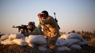 Lính Kurdistan quan sát đối phương Daech . Ảnh chụp ở Gwar, miền bắc Irak.