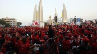 Les partisans de Thaksin Shinawatra  rassemblés au pied du monument de la Démocratie  à Bangkok, le 10 décembre 2009.