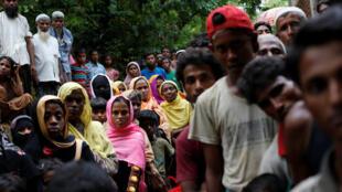 缅甸罗兴亚族难民在孟加拉边境地带等待分发食物。2017-09-06