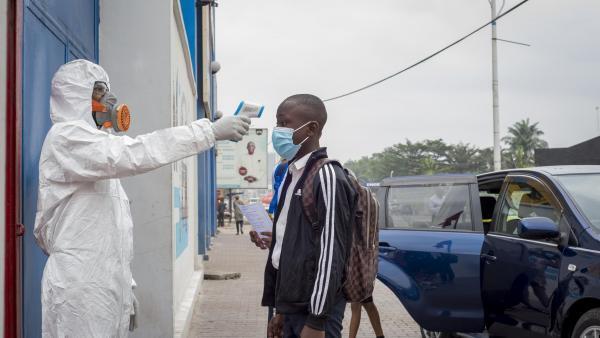 Les écoliers et étudiants ont en partie repris le chemin des classes le 10 août 2020 en République démocratique du Congo, après la fin de l'état d'urgence pour lutter contre la pandémie de nouveau coronavirus. Photo prise à Kinshasa.