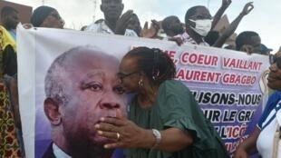 Des partisans de Laurent Gbagbo manifestent devant la Commission électorale indépendante après l'invalidation de la candidature de leur leader, à Abidjan, le 31 août 2020.