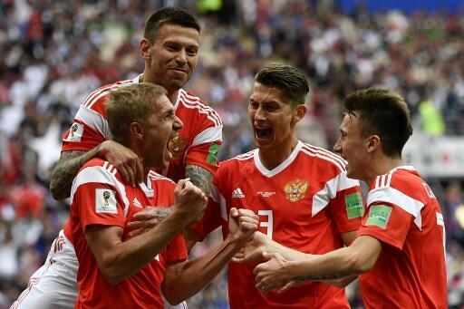 O russo Yuri Gazinsky celebra o primeiro golo apontado contra a Arábia Saudita em Moscovo a 14 de Junho de 2018.