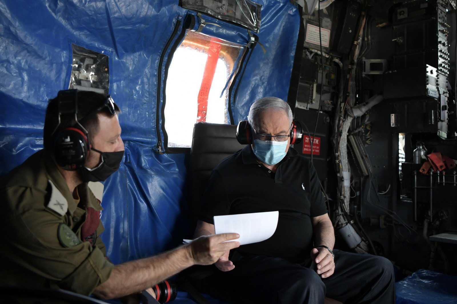 بنیامین نتانیاهو نخست وزیر اسرائیل در جریان بازدید از مقر فرماندهی ارتش این کشور در مرز با لبنان.