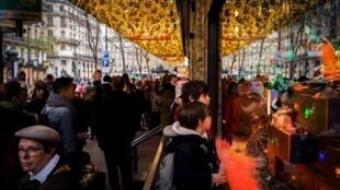 Niños delante de los expositores de grandes almacenes en París el pasado 16 de diciembre