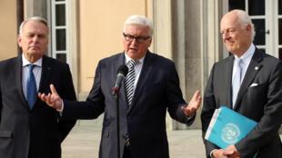 Les ministres des Affaires étrangères français et allemand, Jean-Marc Ayrault (G), Frank-Walter Steinmeier (C) et l'envoyé spécial de l'ONU pour la Syrie Staffan de Mistura, à Berlin, le 4 mai 2016.