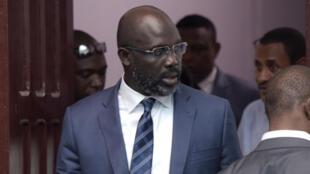 Le président élu du Liberia à la sortie du siège de son parti, le 29 décembre 2017 à Monrovia.