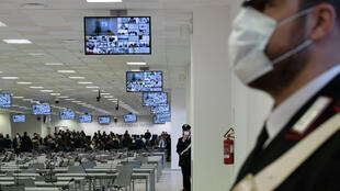 Policías del cuerpo de Carabineros montan guardia en el juzgado especial habilitado para el macrojuicio a la mafia calabresa en Lamezia Terme, el 13 de enero de 202 en esa ciudad al sur de Italia