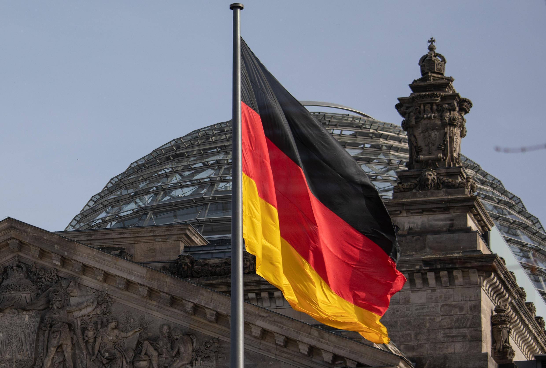 Una bandera alemana ondea frente al Reichstag, el edificio que alberga el Bundestag, el 24 de febrero de 2021 en Berlín