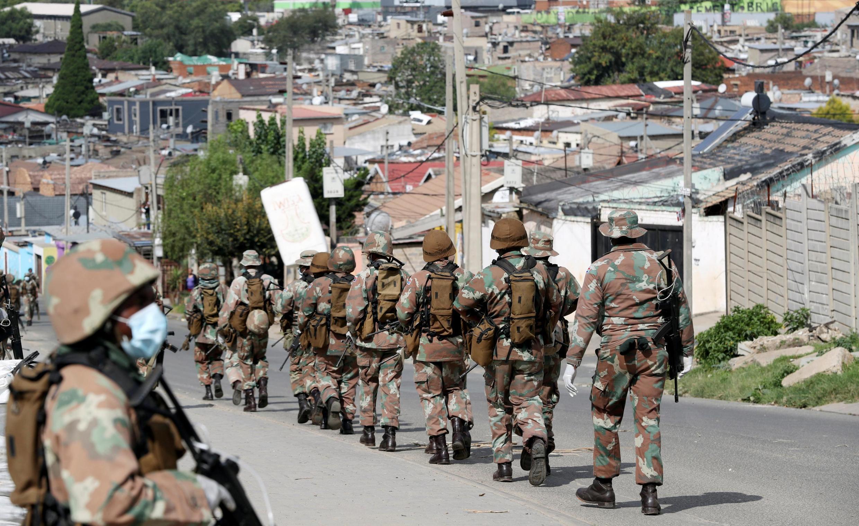 Une patrouille de soldats sud-africains dans le «township» d'Alexandra le 28 mars 2020, en plein confinement.