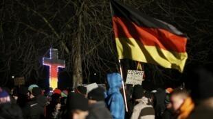 """Участники акции """"Европейцев-патриотов против исламизации Запада"""" в Дрездене, Германия, 5 января 2015 г."""