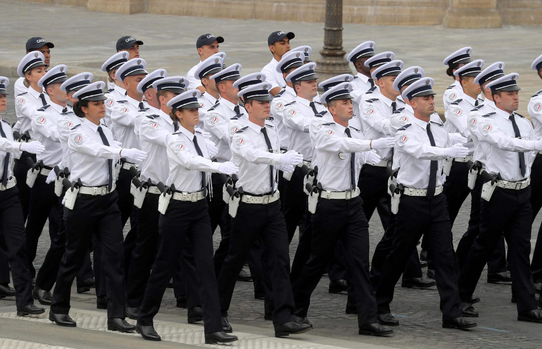 Колонна полицейских. Национальный праздник Франции. Площадь Согласия в Париже 14 июля 2020.