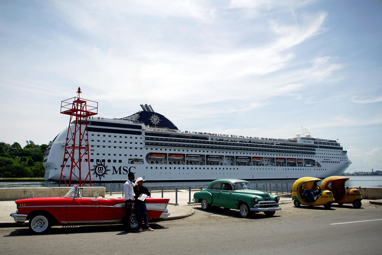 Các tài xế taxi đợi khách khi một tàu du lịch vừa cập cảng La Habana, Cuba ngày 17/06/2017.