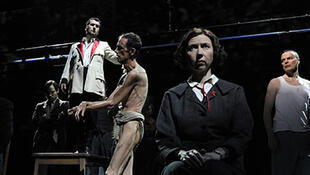 """César Sarachu actuando de Jesucristo en """"The Master and Margarita""""."""