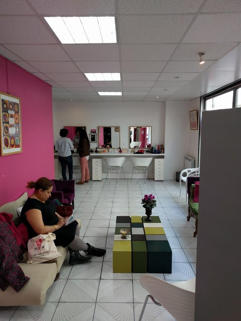 Na sala de espera do salão Joséphine Beauté, em Paris