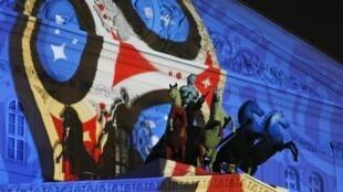 Logo oficial del Mundial de Rusia 2018 en la fachada del Teatro Bolshói, en Moscú.
