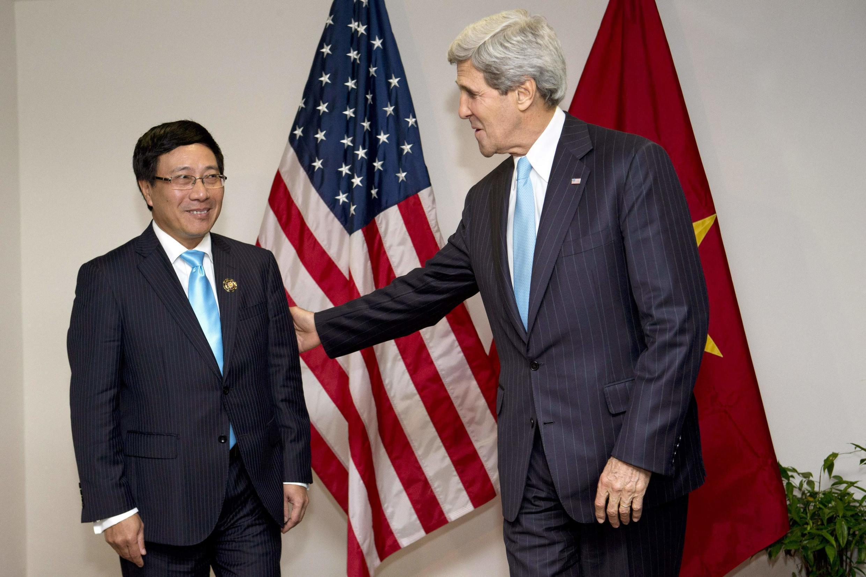 Ngoại trưởng Mỹ John Kerry gặp Ngoại trưởng Việt Nam Phạm Bình Minh nhân một cuộc họp ASEAN tại Brunei ngày 02/07/2013 - REUTERS