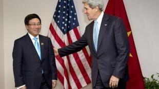 Ngoại trưởng Mỹ John Kerry (P) gặp Ngoại trưởng Việt Nam Phạm Bình Minh nhân một cuộc họp của khối ASEAN tại Bandar Seri Begawan (Brunei) ngày 02/07/2013.