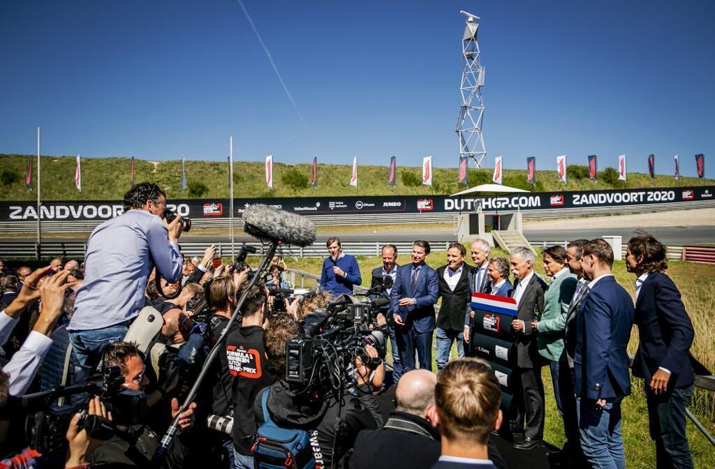 存檔圖片 Image d'archive: Sporting director Jan Lammers, Chase Carey of the Formula One Group, Prince Bernhard junior, owner of the circuit, and others pose during the signing of the agreement that confirms the advent of the Grand Prix on the race circuit of Zandvoort in May 2020,