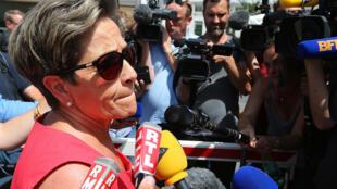 Viviane Lambert (g) la mère de Vincent Lambert, ce mercredi 15 juillet, devant l'hôpital de Reims, où elle était convoquée pour un conseil de famille pour mettre en place la procédure de fin de vie