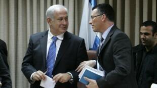 Benyamin Netanyahu ( à g.) avec Gideon Saar, à la fin d'un meeting du Likoud, à Jérusalem, le 11 février 2009.