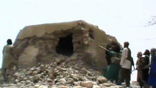 Des militants islamistes en train de détruire une mosquée ancienne classée par l'Unesco patrimoine de l'humanité, à Tombouctou, dimanche 1er juillet 2012.