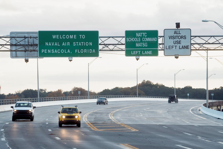 O tráfego dentro e fora da base é restrito depois que um membro da Força Aérea Saudita que visita os Estados Unidos para treinamento militar era o suspeito de um tiroteio na Estação Aérea Naval de Pensacola, em Pensacola, Flórida, EUA, 6 de dezembro de 201