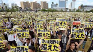 De nombreuses personnes se sont rassemblées à Okinawa pour protester contre la présence de bases militaires américaines sur l'île, le 19 juin 2016.