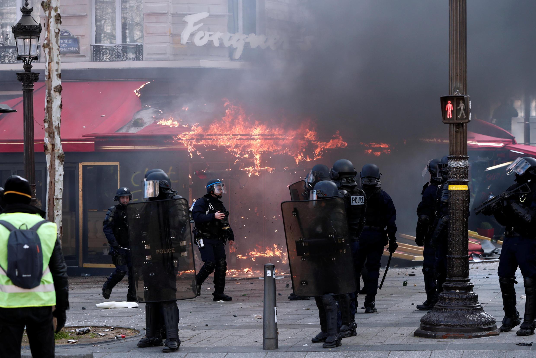 El famoso restaurante Fouquet's en llamas, este 16 de marzo de 2019 en los Campos Elíseos, París.