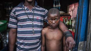 Etienne (11 ans) vit avec Ivene (32 ans), propriétaire d'un magasin à Cité Soleil, un bidonville de Port-au-Prince (Haïti). Etienne travaille dans l'épicerie et, comme beaucoup de restaveks, il est soumis à de mauvais traitements.