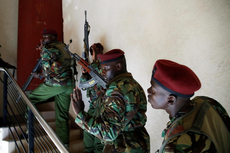 Membros das forças de segurança quenianas no local onde se registou troca de tiros com os assaltantes, no complexo hoteleiro em Nairobi, a 15 de Janeiro de 2019