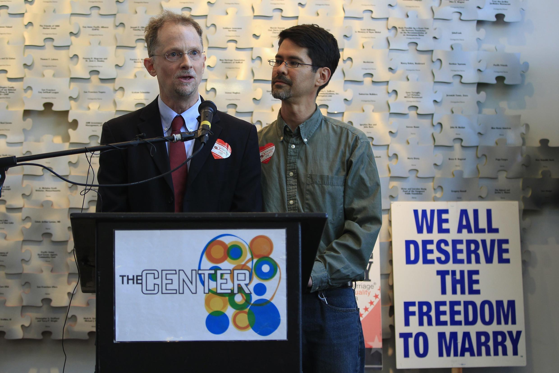 Un couple d'homosexuels saluent la position de Barack Obama en faveur du mariage gay. Photo : le 9 mai au San Francisco Lesbian Gay Bisexual, en Californie.