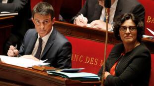 O primeiro-ministro francês, Manuel Valls (esq.) e a ministra do Trabalho, Myriam El Khomri (dir.), na Assembleia Nacional em Paris, 12 de maio de 2016.