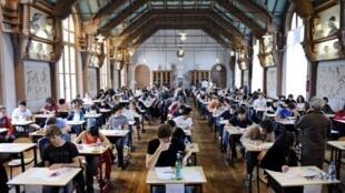 Des élèves de terminale, lors de l'épreuve de philosophie du Baccalauréat, au Lycée Chaptal à Paris.