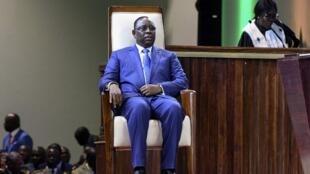 Le président sénégalais Macky Sall s'assoit pendant la cérémonie d'investiture de son deuxième mandat à Diamniadio, à 30 km de Dakar, le 2 avril 2019.