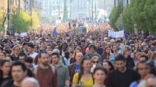 Người dân Hungary biểu tình phản đối ý định triệt hạ Đại học Trung Âu của chính phủ thủ tướng Viktor Orban, Budapest, ngày 02/04/2017.