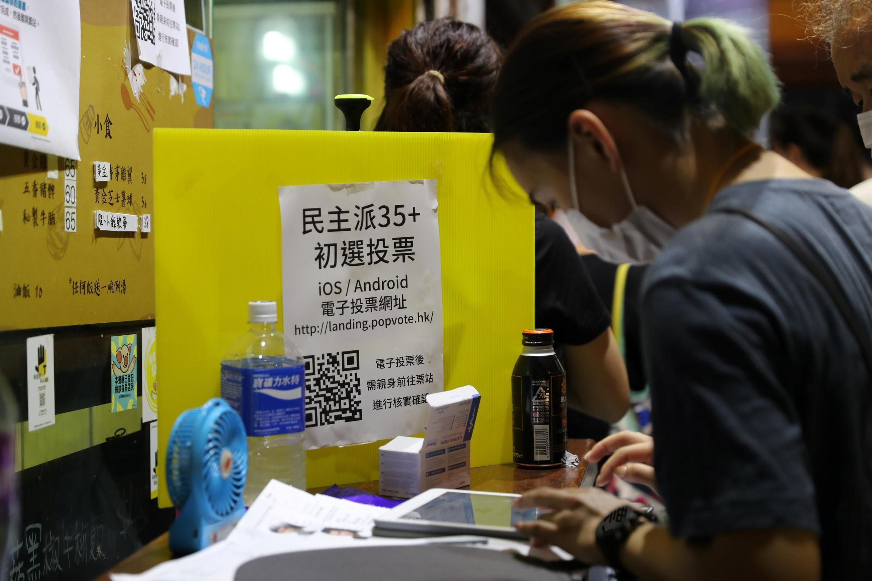 Une personne votant durant les primaires organisés par les pro-démocratie à Hong Kong le 11 juillet 2020.