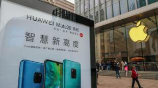 ស្លាកផ្សាយពាណិជ្ជកម្មរបស់ Huawei ដាក់នៅមុខក្រុមហ៊ុន Apple នៅក្រុង Shanghai កាលពីខែតុលា២០១៨