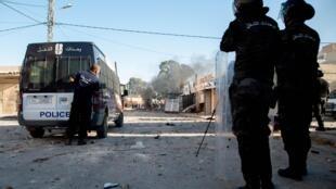Les forces de sécurité dans les rues de Sbeitla,en Tunisie, où des habitants manifestent après la mort d'un homme, le 13 octobre 2020.