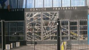 Fachada da escola Auguste Blanqui, onde estuda a jovem Mairie