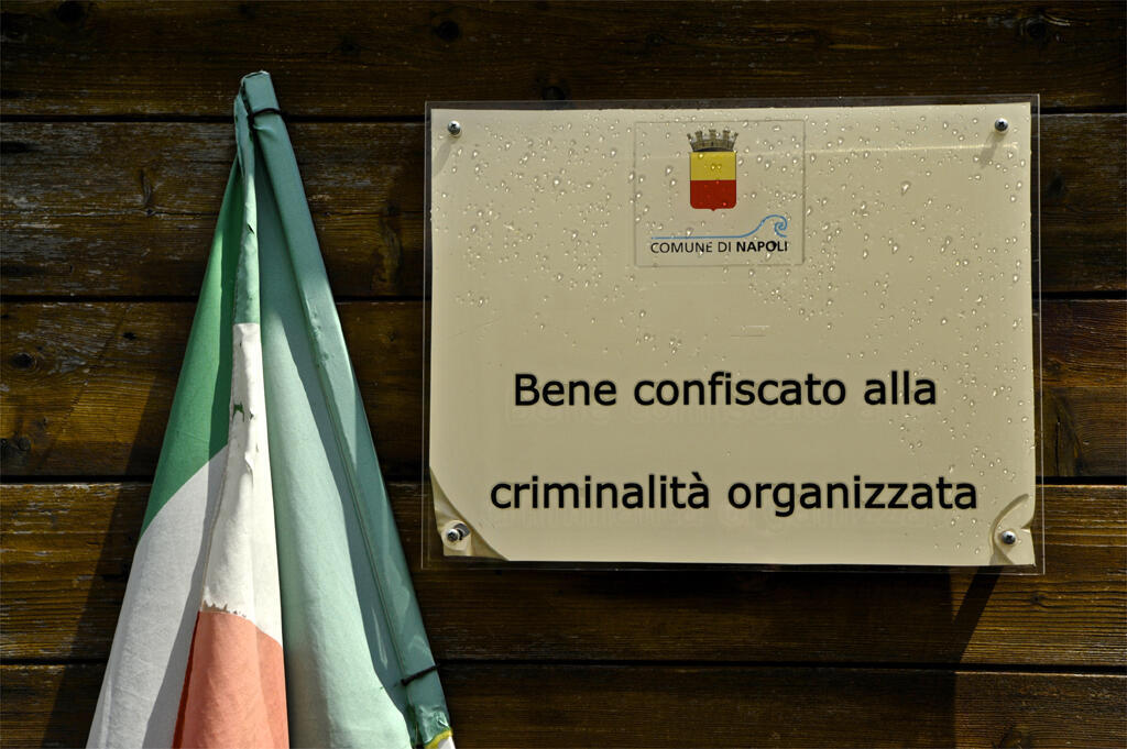 De tels panneaux sont de plus en plus nombreux dans les environs de Naples.