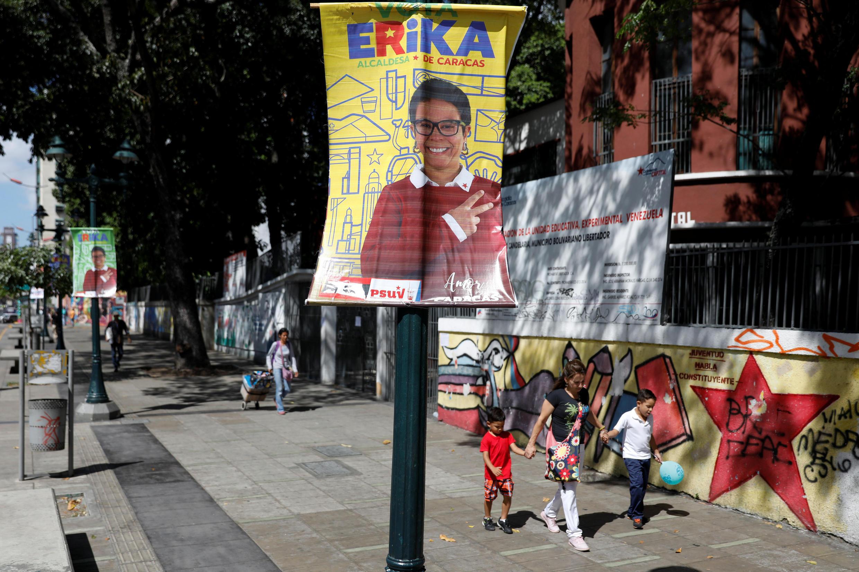 Cartazes de campanha com a imagem de Erika Farias, candidata chavista à prefeitura da cidade de Libertador.