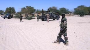 Des soldats nigériens en reconnaissance à la frontière avec le Nigeria.