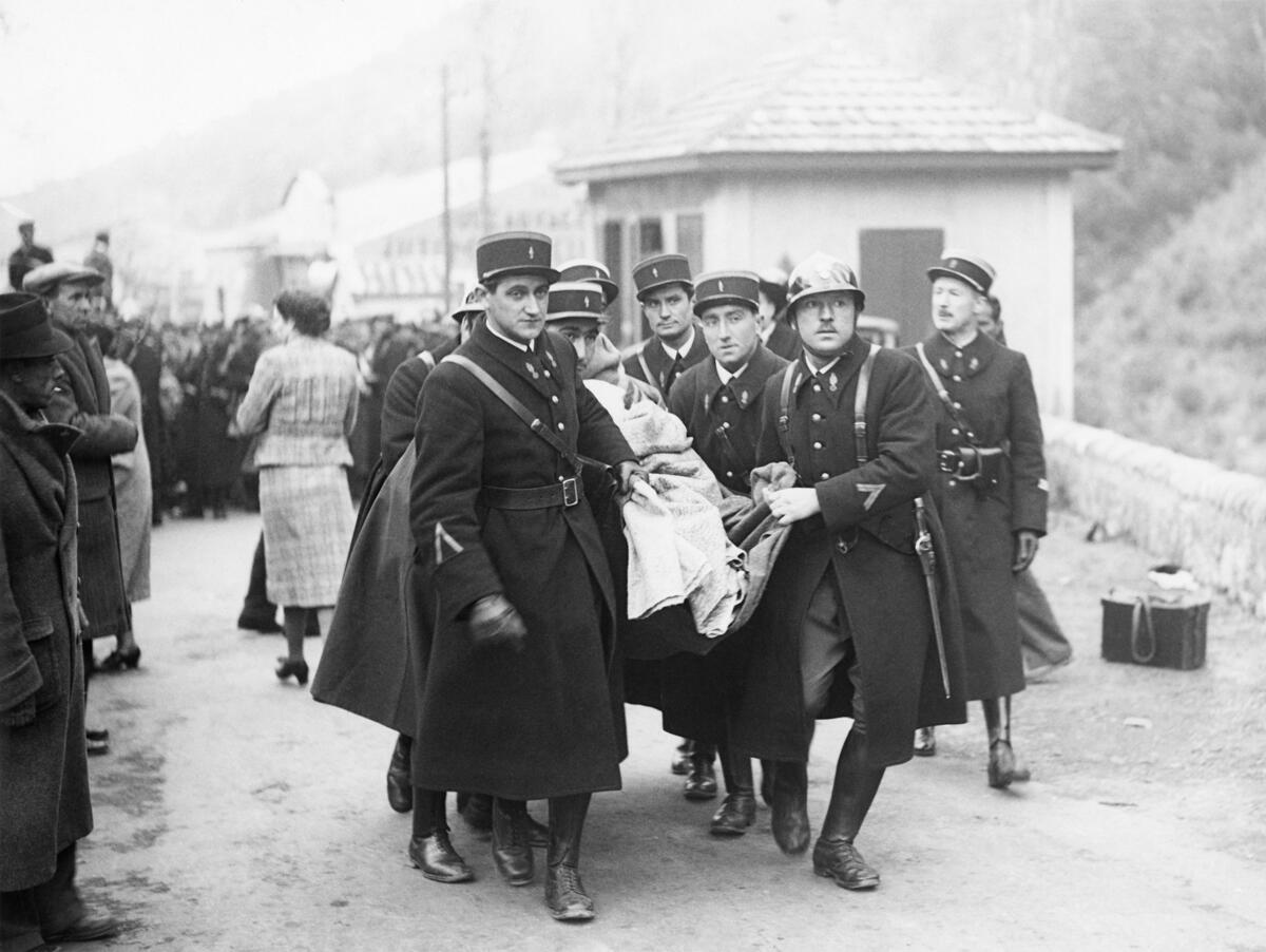 Evacuación de un refugiado herido por los guardias móviles, en Le Perthus, Francia, el 28 de enero de 1939.