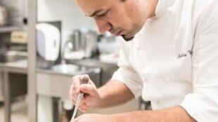 """主厨的青年法国大厨马蒂亚斯·维拉推崇法式""""高端小酒馆""""美食"""