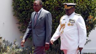 Rais  Uhuru Kenyatta (Kushoto) akiwa na Mkuu wa Majeshi  Samson Mwathethe
